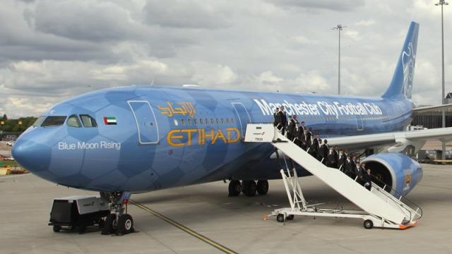 """""""Blue Moon Rising"""" - pesawat khusus yang mengantarkan tim Manchester City pada tur pra-musim 2012/2013 di Amerika Serikat"""