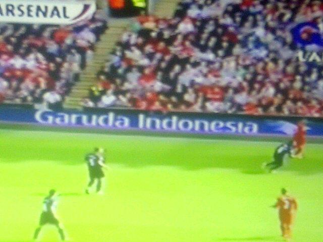 Tulisan dan logo Garuda Indonesia pada billboard sekeliling lapangan di Stadion Anfield kandang Liverpool FC