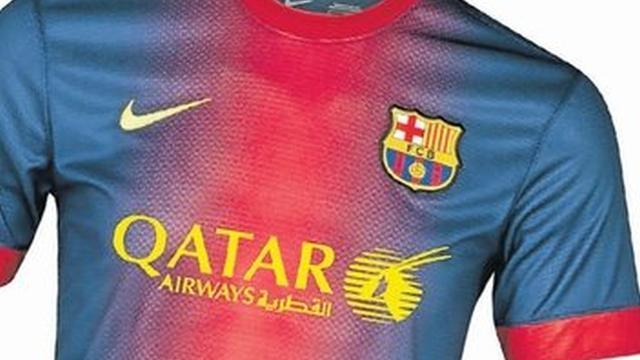 Jersey musim 2013/2014 FC Barcelona dengan logo dan tulisan Qatar Airways